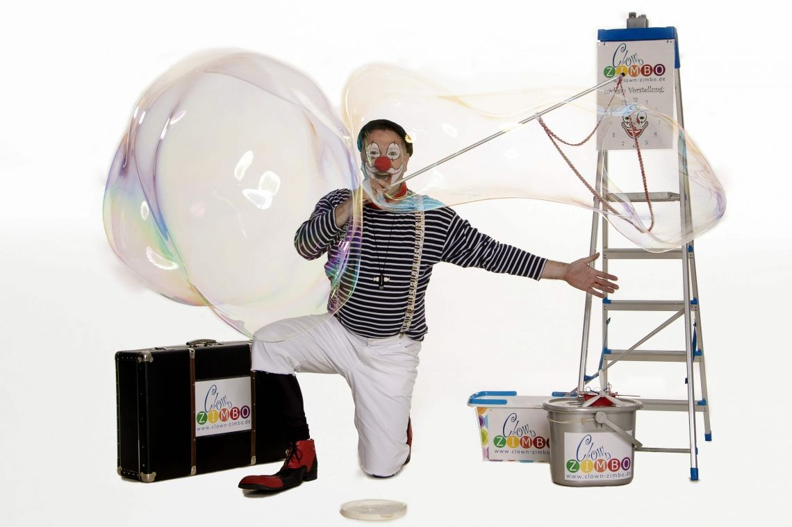 """Clown ZIMBO mit Riesen-Seifenblasen - STAGE-ACT / WALK-ACT Besonders mit seinen """"Mega-Giga-Riesen-Seifenblasen"""" verzaubert Clown ZIMBO immer wieder kleine und große Kinder."""