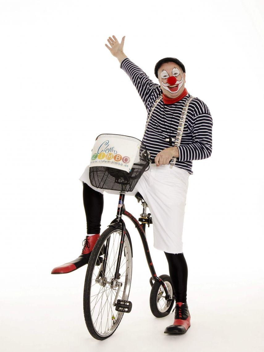 Clown ZIMBO mit seinem Clownsbike - WALK-ACT Mit seinen beiden Hochrädern und seinem Segway ohne Lenker beweist Clown ZIMBO, dass er wirklich sattelfest ist.