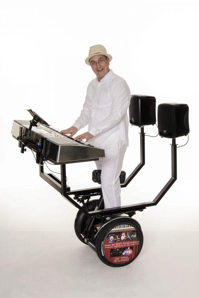 Frankie & das Pianomobil - ROLL-ACT Livemusik auf 2 Rädern! Dezentral und mit angenehmer Lautstärke gibt es auch auf großen Flächen im kleinen Rahmen Hits aus 40 Jahren Musikgeschichte zum mitsingen und feiern.