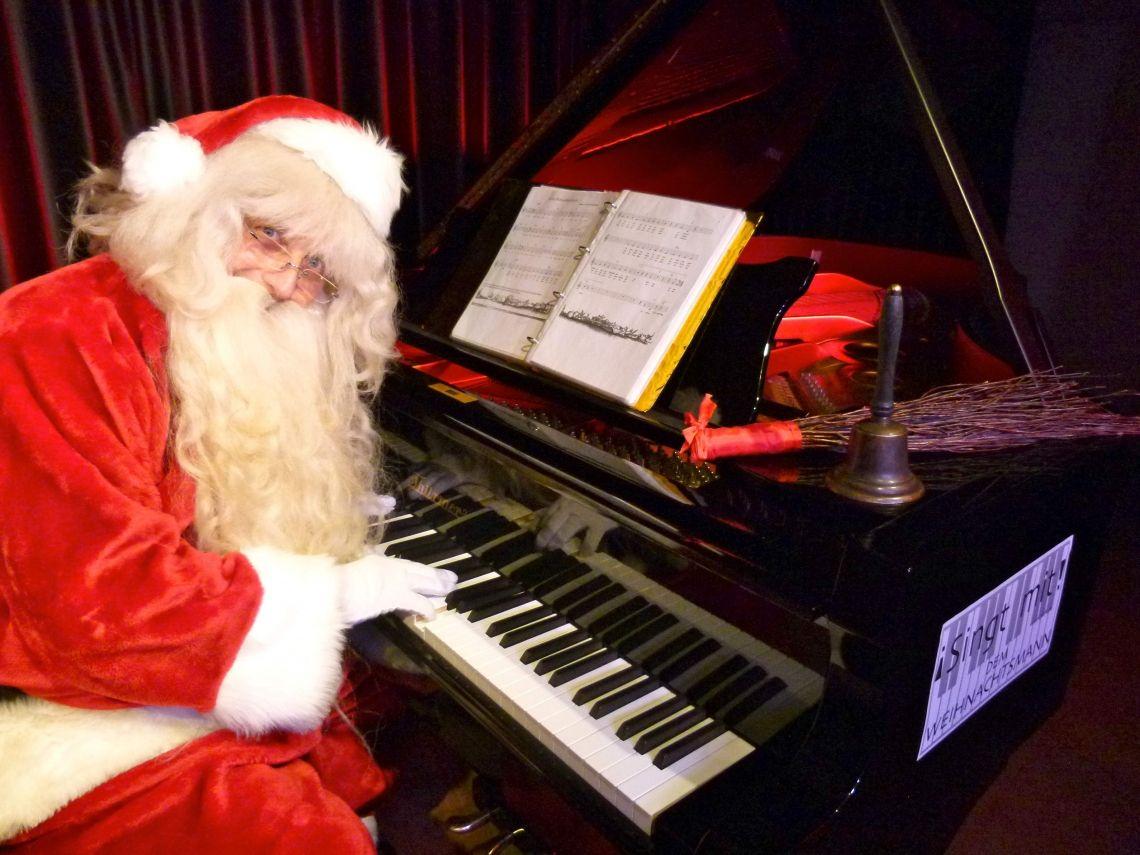 Weihnachtsmann mit Piano & Gesang - STAGE-ACT Das gemeinsame Weihnachtslieder-Singen mit dem Weihnachtsmann am Klavier sorgt für wundervolle Weihnachtsstimmung!