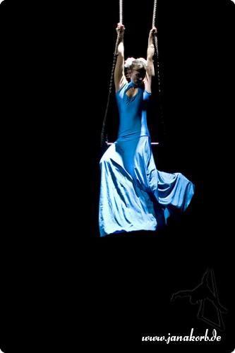 """Aerial Aria Zur wunderbaren Arie """"Pie Jesu"""" aus Webbers Requiem. Wie nicht von dieser Welt schwebt Jana Korb in ihrem marienblauen Kleid über dem Publikum. Gefühlvoll tanzt sie zu Webbers schwerelosen Tönen und zieht uns alle in einen jenseitigen Bann!"""