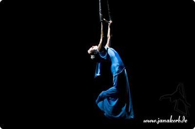 Solo-Trapez-Show Wie nicht von dieser Welt schwebt Jana Korb in ihrem marienblauen Kleid über dem Publikum. Gefühlvoll tanzt sie zu Webbers schwerelosen Tönen und zieht uns alle in einen jenseitigen Bann!