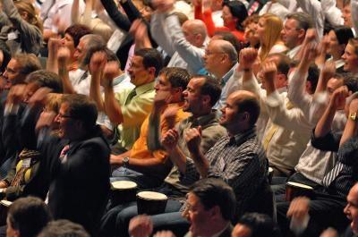 Trommelnde Mitarbeiter Drum Cafe interaktives Trommelevent mit 1500 Teilnehmer auf Leihtrommeln.
