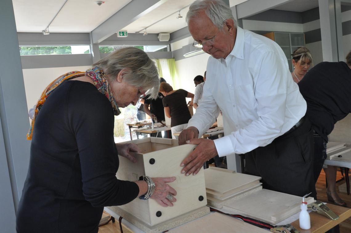 Teamarbeit beim Bau der HolzCajon