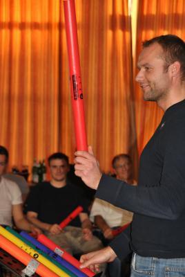 Drum Cafe Führungskräftetraining mit Boomwhackern Boomwhacker sind Klangröhren, die präzise in verschiedenen Tönen der Tonleiter gestimmt sind. Unsere Sets umfassen die pentatonische Tonleiter (C, D, E, G und A) plus Oktave. Der Vorteil dieser Stimmung ist, dass sich mit diesen 5 Tönen auch ohne Vorkenntnisse sofort Musik machen lässt. Der Eventleiter teilt die verschiedenen Töne gruppenweise zu, so dass jedes Team ein Element im rhythmischen Gesamtkontext übernimmt – wie in einem Unternehmen.  Die perfekte Kombination aus Rhythmus und Melodie macht das Boomwhacker-Erlebnis zum obligatorischen Element für jedes Training oder Event von mehr als 45 – 60 Minuten. Natürlich kann auch das ganze Event von vornherein mit Boomwhackern durchgeführt werden.