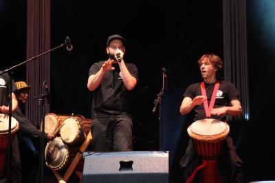 Drum Cafe mit Human Beat Box auf der Bühne