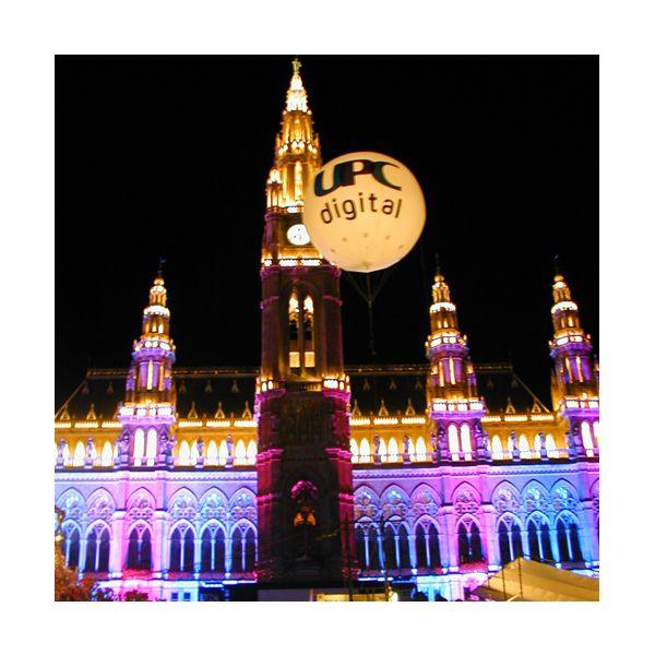 Riesenballon / Riesenkugel / UPC Heliumballon vor dem Wiener Rathaus - no problaim Riesenballone / Riesenkugel / Kugel begehbar - no problaim fertigt aufblasbare Werbeobjekte nach Kundenwunsch. Verschiedene Fertigungsmethoden und Verarbeitungen ermöglichen es auf Ihre Ideen und Vorgaben einzugehen. Das Sortiment reicht von der einfachen Kugel bis zur komplexen Produktnachbildung. Eines haben alle gemeinsam: Sie wirken durch Größe und Verarbeitung, haben ein kleines Packmaß und sind leicht in der Handhabung.