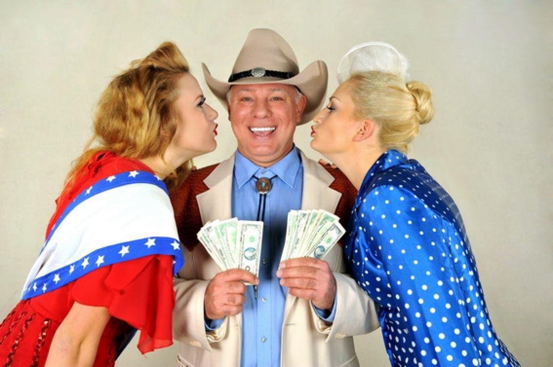 """Der Dallas Mord Alles hält den Atem an, wenn der feist grinsende Herr samt elegantem Westernhut und Gattin Blue Ellen den Saal betritt: Edwin-Arnold Juing, kurz genannt """"E.A."""" Ein amüsantes Spiel um Macht, Mord und Moneten mit einem texanischen Menü.  Ähnlichkeiten mit der Serie """"DALLAS"""" aus den 80er Jahren sind rein zufällig…"""