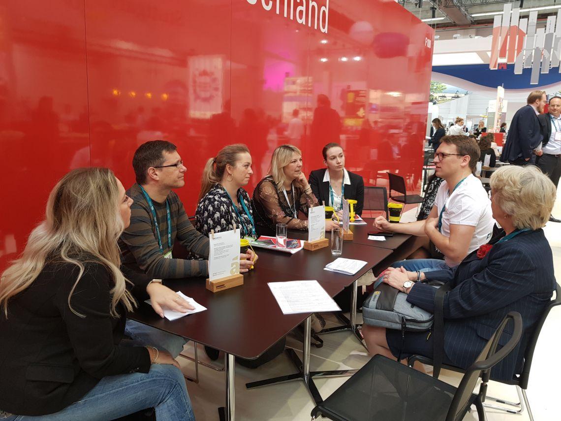 Eventmanager sind Experten für die professionelle Planung Kursteilnehmer des IEO Lehrgangs im Gespräch mit Benedikt Füssel, Prokurist m:con - mannheim:congress GmbH, auf der IMEX
