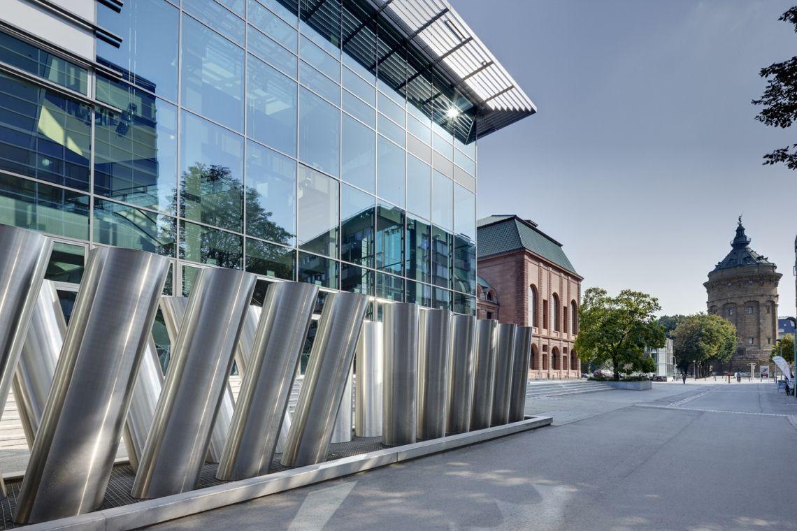 Räumlichkeiten Die Internationale Event- und Congress-Akademie hat ihren Sitz im Congress Center Rosengarten Mannheim, wo auch der Großteil aller Seminare stattfindet. Mit Blick auf ein weiteres Wahrzeichen Mannheims, den Wasserturm, prägt der Rosengarten durch seine charakteristische Erscheinung das Stadtbild.