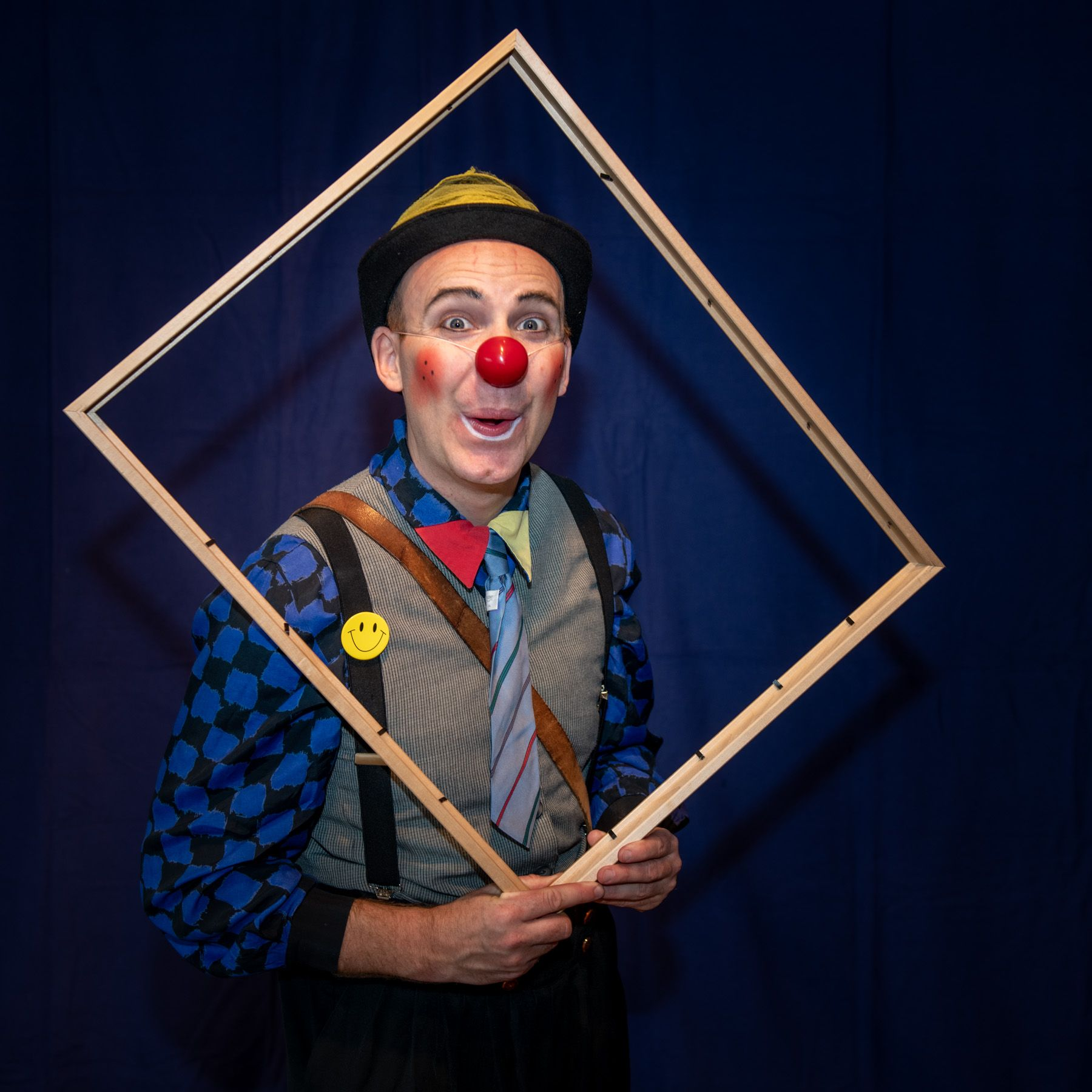 Clown CLOWNS für jung und alt Buchen Sie urkomische Clowns für Ihren Event! Große Ereignisse oder kleine feine Feste, unsere Clowns verleihen Ihrer privaten Veranstaltung (Kindergeburtstag, Geburtstag, Hochzeit etc.) ein freundliches und amüsantes Gesicht. Die lustigen Tamala-Clowns begeistern mit ihrer besonderen, emotionalen Spielweise Menschen jeden Alters. Mit nur wenigen Requisiten präsentieren die Clowns Geschichten, die – witzig und turbulent oder leise und poetisch – das Publikum zum Lachen bringen.  Dem Eventveranstalter stehen die professionellen Clowns für unterschiedliche Anlässe zur Verfügung. Ob Firmenevents, Sommerfeste oder Veranstaltungen in Kleinkunstbühnen, Senioreneinrichtungen oder Kliniken – unsere Clowns sind erfahrene Meister in ihrem Fach und faszinieren die Zuschauer.