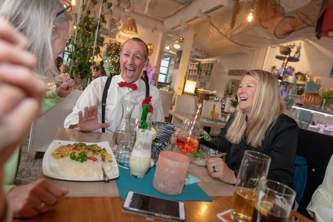 """Comedy Kellner -Spaßkellner Ob zum Empfang, für einen ganzen Abend oder als unerwartete Überraschung, unsere lustigen Kellner mischen sich unter die Gäste und sind auf vergnügliche Art um das Wohl der Gäste bemüht: Ob begriffsstutzig oder übereifrig, in jedem Fall unterhalten sie Ihre Gäste auf amüsante und charmante Art und Weise.  In einer spritzigen Mischung aus Sprachwitz, Comedy-Acts, Slapstick und Situationskomik wird jedes Essen ein unvergessliches Highlight. Auch Gesangs- und Tanzeinlagen lassen die Gäste voller Begeisterung """"über den Tellerrand"""" blicken."""