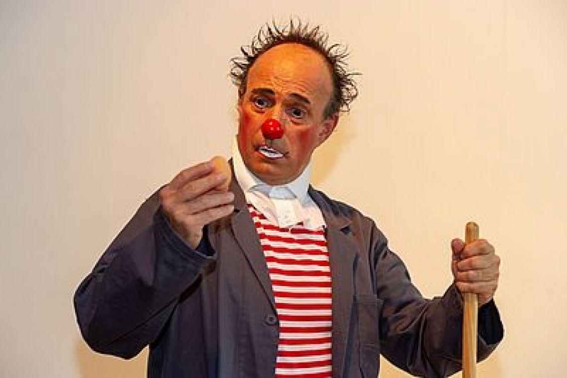 Clown Walk Act Clowns mitten im Publikum – für Jung und Alt Unsere Clown Walk Acts für Kinder und Erwachsene bereichern durch humorvolle, clowneske Aktionen und Handlungen seit Jahrzehnten ganz unterschiedliche Veranstaltungen. Die Clowns mischen sich unter das Publikum und entwickeln mit einfachen Mitteln Geschichten, die Passanten und Zuschauer zum Lachen bringen. Urkomische Mimik und Körpersprache begeistern! Spontan und spielerisch gehen die Clowns in direkten Kontakt mit Jung und Alt. Dabei sind die Walk Act Artisten immer liebevoll und respektvoll.  DIE CLOWNS kommen Solo oder im Duo. Gern stellen wir auch ein größeres Ensemble für Sie zusammen und teilen Ihnen die Kosten für einen Walking Act mit. Bis zu 6 Clowns können Sie für Ihren Clown Walk Act buchen.