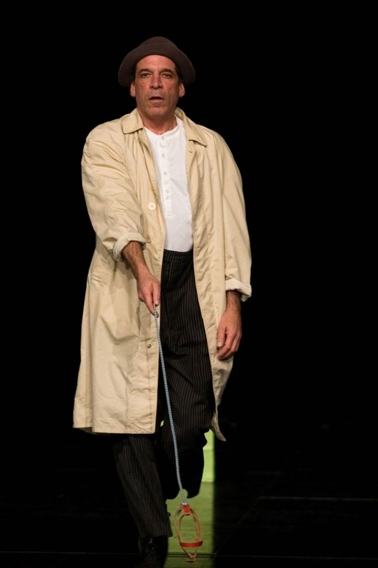 """Dinner Show Peter Shub LECKER LACHEN Die ultimative Dinnershow mit Star-Clown Peter Shub in Konstanz Die Dinnershow-Clowns sind hier der italienischen Oberkellner Antonio, sein begriffsstutziger Kollege Heinzi und als Gast, der weltberühmte Clown Star Peter Shub, laden das Publikum zu einem unvergesslichen Erlebnisabend ein. Absurdes Theater, garniert mit einer Prise Poesie, serviert mit vergnüglichen Komik-Einlagen, amüsanten Show-Elementen und erheiterndem Gesang, verwandelt das Restaurant in eine durchgedrehte Bühne, während die Gäste lecker speisen. Alles wirkt zusammen: Ein erlesenes Essen, heitere Stimmung – sehen, hören und genießen. Es sind die Körpersprache und die urkomische Mimik, die die Gäste voller Begeisterung über den Tellerrand hinausblicken lassen. Bei dieser Dinner-Show darf schallend gelacht werden.  Peter Shub – einer der berühmtesten Clowns der Welt Er gewann zahlreiche Preise, tourte jahrelang mit dem Zirkus Roncalli und dem Big Apple Circus New York. Er gilt als Inbegriff eines modernen Clowns. In dieser Dinnershow zeigt er Ausschnitte aus seinem Können. Durch den Abend führen die Spaßkellner """"Antonio & Heinzi"""" (Matthias Kohler & Jan Karpawitz)."""