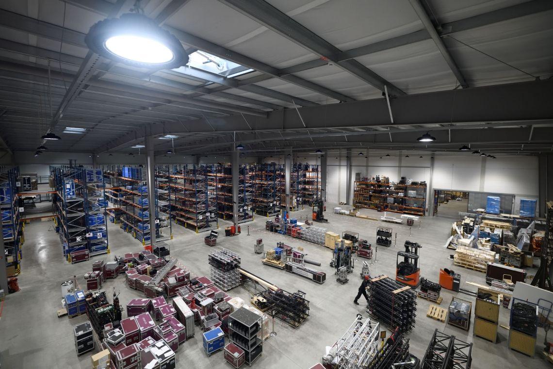 Verladehalle Unsere moderne und umweltfreundliche Verladehalle mit Betonkernheizung und LED-Beleuchtung bietet auf über 4.500qm ausreichend Kommissionierfläche für die Projekte unserer Kunden.