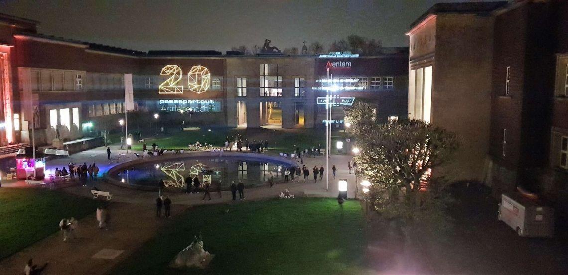 """Fassadenprojektion bei Nacht der Museen Aventem sorgte bei """"Nacht der Museen"""" für eine spektakuläre Fassadenprojektion  Rund 22.000 Nachtschwärmerinnen und Nachtschwärmer nahmen bei frühlingshaften Temperaturen das vielfältige Kulturangebot der diesjährigen Düsseldorfer Nacht der Museen am Samstag, 6. April, wahr. In rund 40 teilnehmenden Museen, Galerien und Off-Locations kamen Kunstliebhaber, Kunstliebhaberinnen und Musikbegeisterte bei zahlreichen Ausstellungshighlights, Performances, Konzerten und Partys auf ihre Kosten.  Aventem GmbH Audiovisuelle Dienstleistungen unterstützte die Agentur Passepartout und stellte die gesamte Technik für die Fassadenprojektion zur Verfügung. Der Kunstplast im Ehrenhof wurde mit einer spektakulären, interaktiven Außenprojektion in Szene gesetzt.  Technische Daten:  Projektion mit 4x Panasonic PT-DZ 21K, insgesamt 80.000 ANSI Lumen, die Projektionsfläche war ca. 60m x 20m groß, also ungefähr 1200 m² , als Medienserver fungierte einer unserer Pandoras Box Quad Server."""