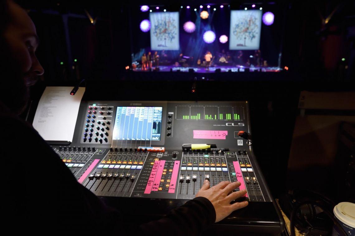 Charity Veranstaltung Christmas Soul Während der Show ist höchste Konzentration gefragt, um den Künstlern mit optimalen Sound ein gutes Gefühl auf der Bühne zu geben.