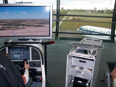 Flug Simulator / Flugsimulator Fliegen wie die Profis  Erleben Sie die Faszination des Fliegens – egal ob Cessna Grand Caravan, Learjet 45 oder Boeing 747-400.  Mit unserem Flugsimulator können auch Personen ohne Vorkenntnisse und Flugambitionen sofort zu einem Rundflug starten. Starten, Rundflug und Landen sind innerhalb kürzester Zeit möglich. Für fortgeschrittene Flieger lässt sich der Schwierigkeitsgrad entsprechend steigern.  Der Flugsimulator wird exklusiv von unserem Unternehmen angeboten. Dabei zeichnet ihn besonders die Instrumententafel, welche alle benötigten Fluginstrumente des gerade geflogenen Flugzeugtyps anzeigt, aus. Überblicken Sie Magnetkompass, Höhenmesser, Variometer, den künstlichen Horizont, Kurskreisel und vieles mehr. Die Steuerung erfolgt über Flugsteuerhorn, Schubregler und Ruderpedale.  Detailgetreue Landschaften simulieren reales Fluggefühl. Komplettieren Sie die Simulation durch Wettereinstellungen oder die Wahl zwischen verschiedenen Jahreszeiten.