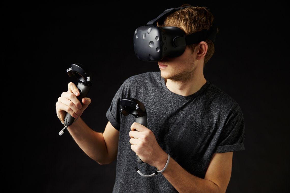 Virtual Reality  Virtual Reality  Betreten Sie eine neue Welt   Virtual Reality erfüllt einen Jahrhunderte alten Menschheitstraum: Er transportiert den Benutzer an beliebige Orte – und die müssen nicht einmal realistisch sein, es kann sich auch um Fantasiewelten handeln. Virtual Reality ist quasi eine Traumerfüllungsmaschine!   Anders als zum Beispiel 3D-Kino füllt der Blick durch die VR – Brille das gesamte Sichtfeld aus: Man nimmt seine echte Umgebung nicht mehr wahr, sondern sieht ausschließlich die virtuelle Welt. Ein wichtiges Merkmal ist dabei das sogenannte Head-Tracking: Bewegt man seinen Kopf, werden die Bewegungen in die virtuelle Realität übertragen.  Aber nicht nur beim Spaziergang durch virtuelle Welten ist die VR-Brille ein einzigartiges Erlebnis, auch sportlich kann man sich beim Golfen, Tennis, Bogenschießen und vielem mehr betätigen, oder wie wär es mit einem Tauchgang am Great Barrier Reef umgeben von Haien?  Virtual Reality ist nahezu überall einsetzbar und das absolute Highlight auf Events und Messen aller Art. Begeistern Sie Ihre Gäste und entführen Sie in die Fantasiewelten der Virtual Reality!   Wir liefern Ihnen dieses einzigartige Erlebnis in drei unterschiedlichen Paketen oder auch in Verbindung mit unseren Simulatoren.