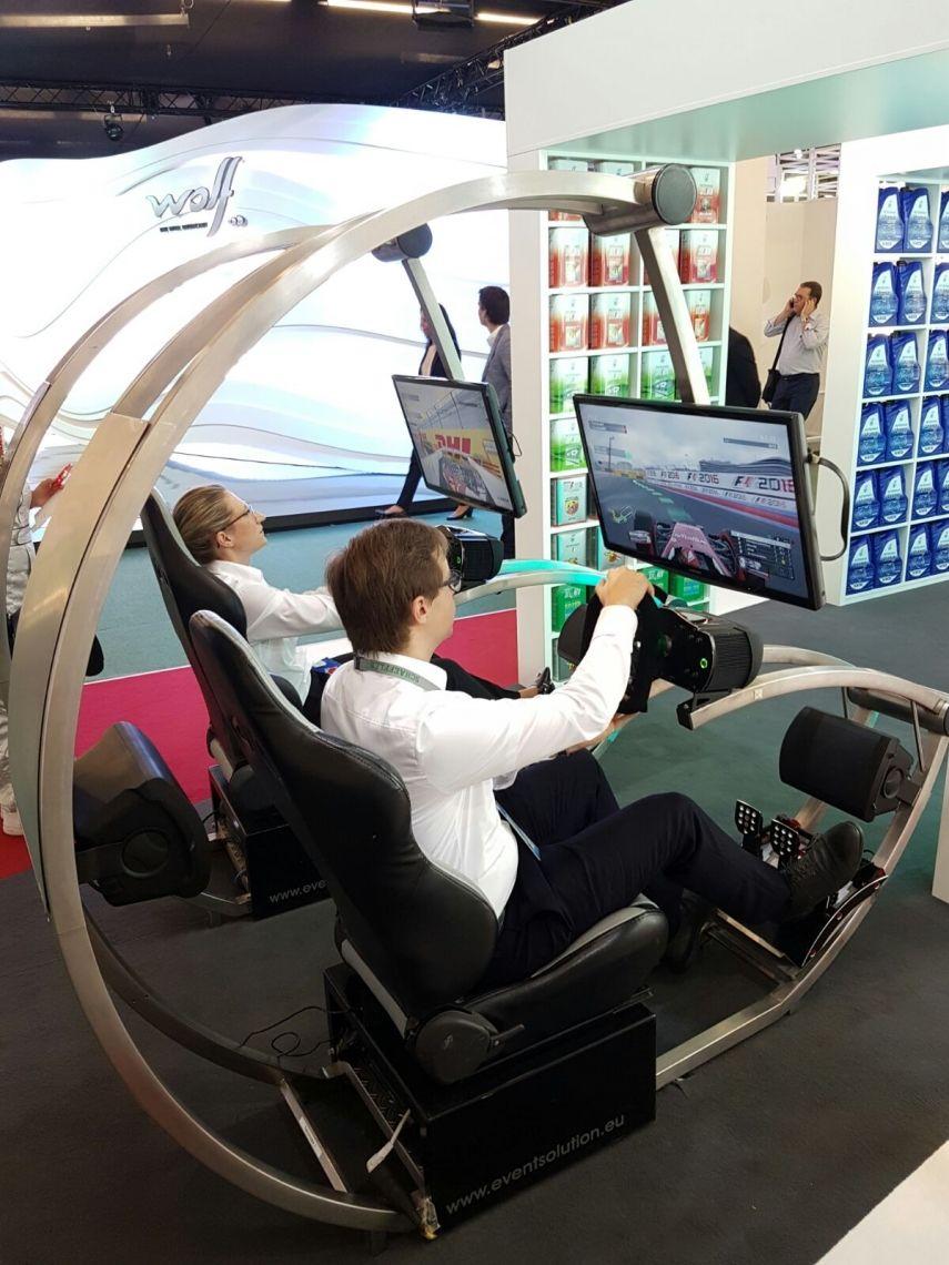 Mit diesen Fahrsimulatoren erleben Sie Rennsport pur! Einsetzbar als: Formel 1 Simulator, Truck Racing Simulator, Rennsimulator, Fahr Simulator, u.v.m........... Diese komplett aus Edelstahl hergestellten Sonderanfertigungen sind mit originalen Schalensitzen bestückt und sehen somit nicht nur fantastisch aus, sondern verfügen zudem über die neuste Technik um den Fahrsimulator mit einem unglaublichen Gefühl aus zu statten.  Die integrierten Lautsprechersysteme unseres Fahrsimulators sorgen für den charakteristischen Rennstrecken-Sound und machen diesen Fahrsimulator zu etwas ganz Außergewöhnlichem. Egal ob als Einzel-, Doppel-, Dreier- oder Vierermodul, mit diesen Simulatoren sorgen Sie für Aufsehen, Spaß und Action!