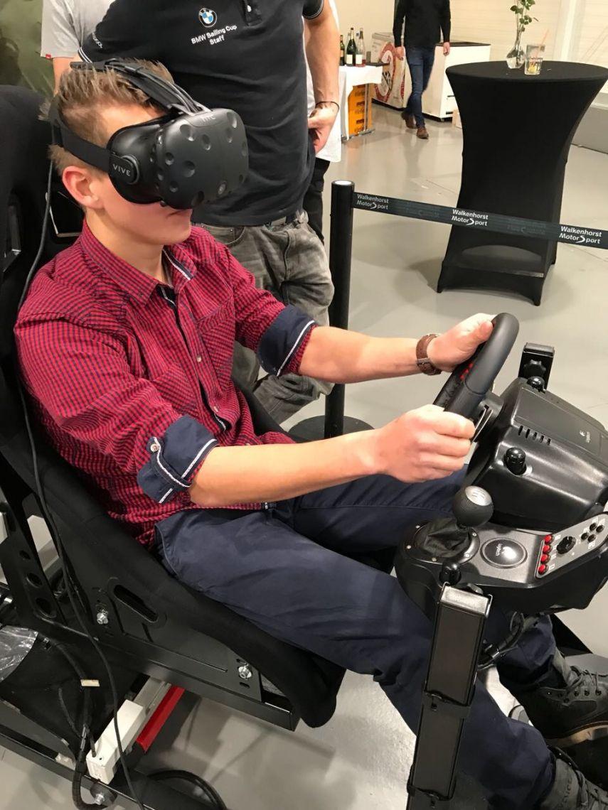 Virtual Reality Simulator / Rennsimulator / Full Motion Rennsimulator Speziell entwickelt - für höchste Anforderungen an ein authentisches Rennerlebnis  Durch die 6 Achsen-Bewegung wird maximaler Fahrspaß garantiert, da durch die Beweglichkeit die Geschwindigkeit sehr gut vermittelt wird. Hierdurch erlebt der Fahrer die Rennstrecke besonders intensiv und bekommt jede Bodenwelle, aber auch jedes Kiesbett mit. Die Fahrer werden in unserem Rennsimulator ebenso gefordert wie bei einem echten Rennen. Dafür sorgen insbesondere die Flieh- und Beschleunigungskräfte, die dem Akteur physisch vieles abverlangen und so für eine absolut realistische Rennsimulation und Fahrspaß pur sorgen.   Passende Software  Natürlich können Sie unseren Rennsimulator direkt mit der passenden Software mieten. Diese Software ist speziell auf den Einsatz im Simulator zugeschnitten worden. Dadurch kann die Rennstrecke hautnah erlebt werden. Sie bekommen zudem die Möglichkeit, den Rennsimulator für ihr Branding zu nutzen, indem Sie Ihr Logo in die Spielinhalte integrieren. Auf Wunsch erscheint es auf Plakaten, Banden und auch Brückenpfeilern (Softwareabhängig). So wird der Simulator zum wichtigen Brandinginstrument. Nutzen Sie die damit verbundenen Möglichkeiten für Ihr Unternehmen und mieten Sie bei uns einen Simulator, der ihren Gästen Action, Spannung und beste Unterhaltung verspricht.