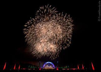 Schloss in Flammen Open-Air-Konzerte sind ein besonderes Erlebnis für die Zuschauer. Durch ein Feuerwerk werden die Live-Events unter freiem Himmel zu einem Spektakel der ganz besonderen Art.  Mit unseren Live Pyroshows gehen wir sogar noch einen Schritt weiter. Anders als bei einem herkömmlichen Musikfeuerwerk synchronisieren wir bei Live-Konzerten das Pyro-Musical mit Hilfe der Noten.