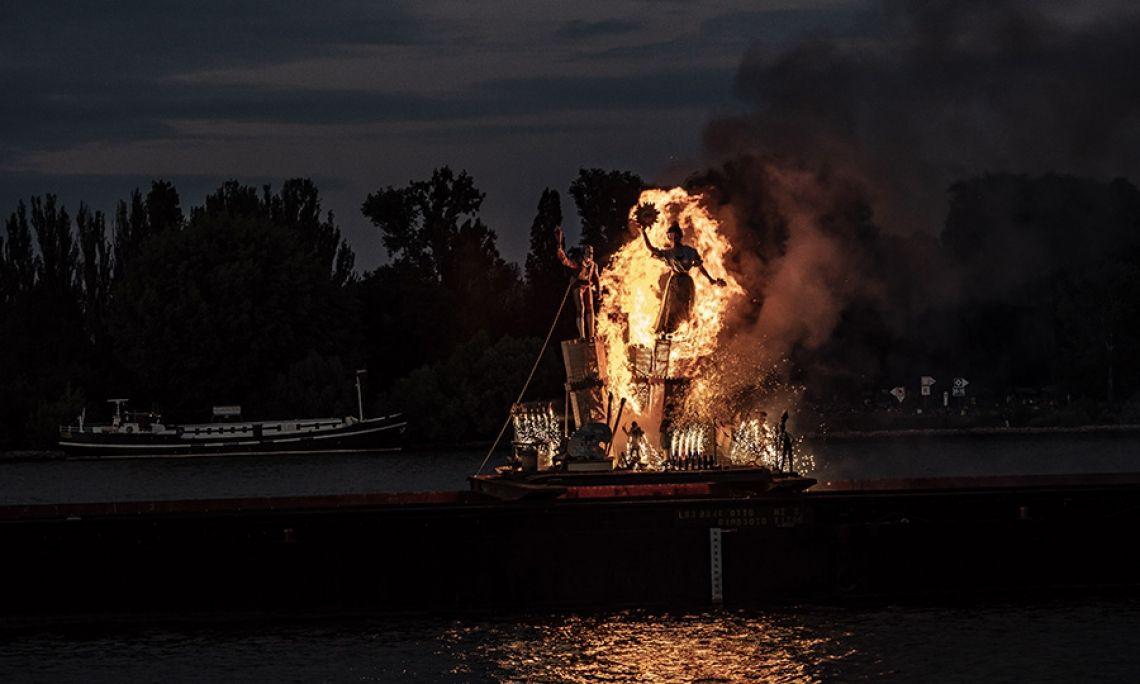 Brennende Figur in Mainz Valencia schenkte seiner Partnerstadt Mainz zum 50. Jubiläum der Johannisnacht eine aufwändig gestaltete Falla. Begleitet von einem spektakulären Tag-Feuerwerk mit viel buntem Rauch und Knall verbrannte die Figur auf der Mitte des Rheins.