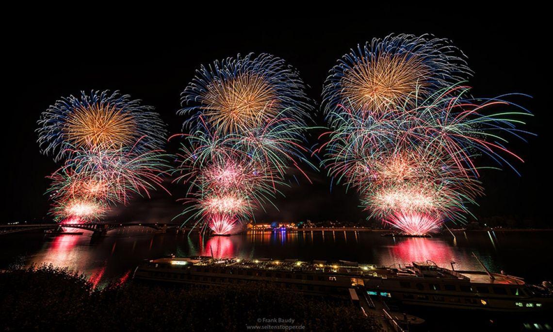 Mainzer Sommerlichter 2018 Gigantisches Musiksynchron-Feuerwerk auf dem Rhein, welches von drei Schiffen geschossen wird.  Die Mainzer Sommerlichter finden jedes Jahr Ende Juli statt und begeistern am Mainzer Rheinufer mehrere zehntausend Besucher.