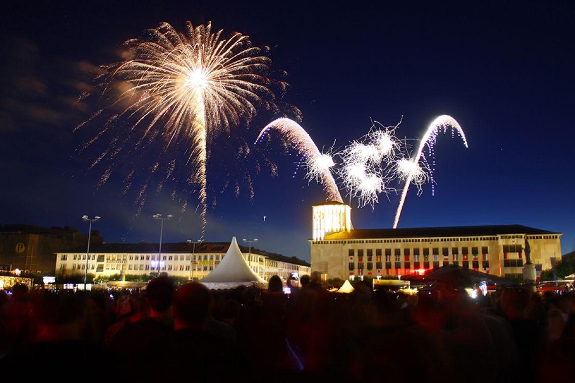 Emmes in Saarlouis An den drei Tagen der Emmes sind im Zentrum der Stadt viele Bühnen mit Künstlern und Livemusik zu finden. Höhepunkt und Abschluss der Saarlouiser Woche ist das Musik-Höhenfeuerwerk.