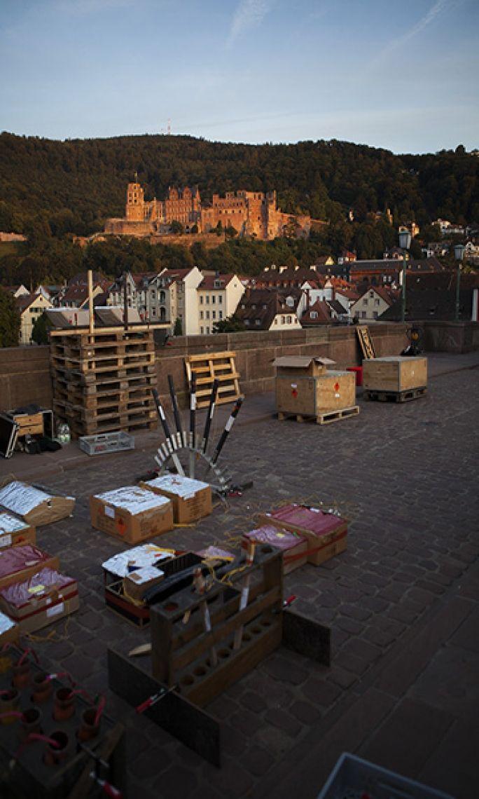 Aufbau der Heidelberger Schlossbeleuchtung Auf der Alten Brücke in Heidelberg muss beim Aufbau des Feuerwerkes zur Heidelberger Schlossbeleuchtung auf die denkmalgeschützen Gemäuer Rücksicht genommen werden.