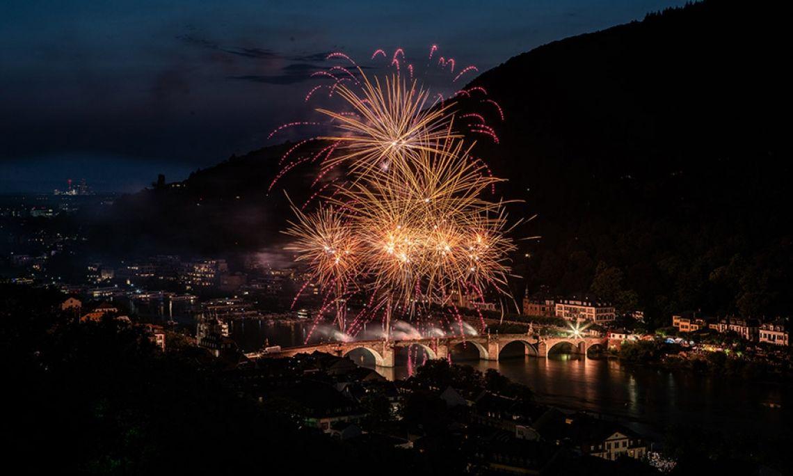 Schlossbeleuchtung Heidelberg Die Schlossbeleuchtung in Heidelberg ist ein Event mit langer Tradition, das Jahr für Jahr viele Tausend Menschen begeistert. Wir von Beisel Pyrotechnik organisieren das Lichtspiel am nächtlichen Himmel bereits seit über 50 Jahren!