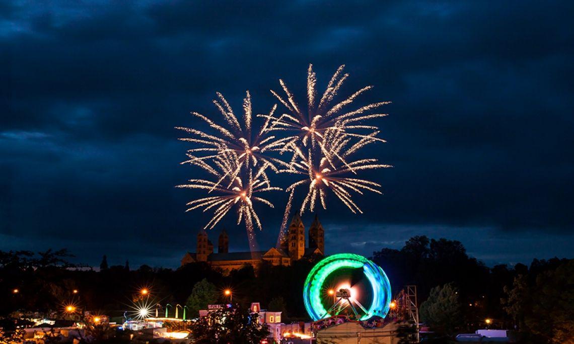 Frühjahrsmesse Speyer Als krönenden Abschluss konnten die Messe-Besucher ein musiksynchrones Feuerwerk bewundern. Der Nachthimmel über dem Speyerer Dom bot die perfekte Bühne für ein neunminütiges Farbenspektakel.