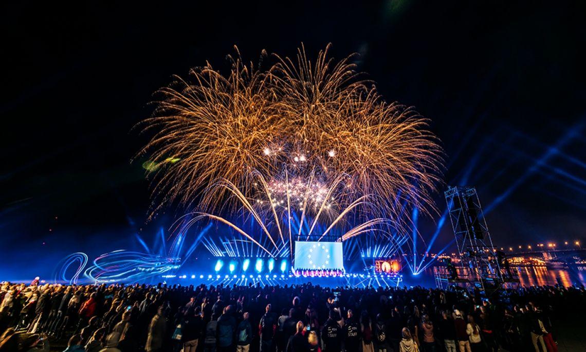 Tag der Deutschen Einheit Mainz Zum Tag der Deutschen Einheit fanden die Feierlichkeiten im Jahr 2017 in Mainz statt. Das Feuerwerk war Teil einer Multimedia Show und wurde live im Fernsehen übertragen.