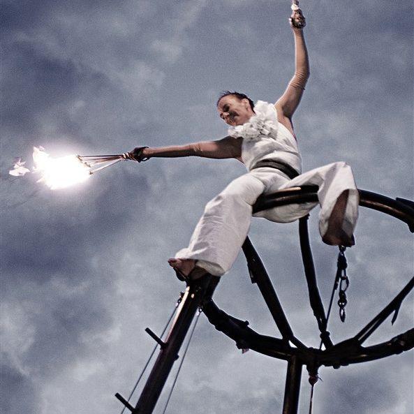 Illuminair   Eine Fusion aus Feuershow und Luftartistik in bis zu 8 m Höhe!