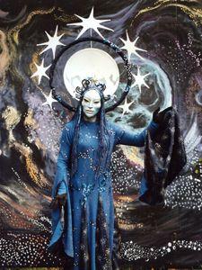 NACHTFEE Begleitet von sieben Sternen, gekrönt vom leuchtenden Mond, schreitet die Nachtfee, geheimnisvoll, in dunkelblauer Stille, durch die Gäste.