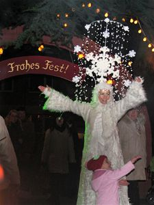 SCHNEEFLOCKE WEIHNACHTSZAUBER Eisblume! Schneeprinzessin! wird sie gerufen. Nur zu gerne erfüllt das Publikum schwungvoll die Einladung zum gemeinsamen Singen und genießt entzückt Widjas (Konfetti-)Schneesegen.