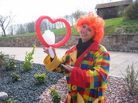 Ballonmodellage Farbenfroh modellierte Ballons sprechen Ihre Gäste an und bieten einen bunten Empfang auf jeder Veranstaltung.  Unser Animateur unterhält Ihre Gäste mit der Ballonmodellage. Schnell werden die Klassiker vom Hund über die Giraffe oder zwei Tauben im Herz gezaubert und wann immer möglich binden wir die Gäste mit ein oder führen einen kleinen Workshop mit den Kids durch