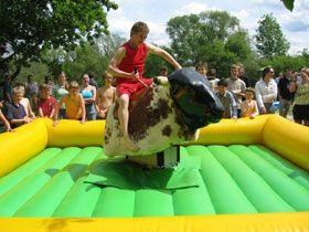 Bullriding Wer hält sich beim Bull Ride am längsten auf dem wild gewordenen und buckelnden Bullen? Mieten Sie ein Bullriding für Ihre Veranstaltung und führen Sie einen Bullenreiten - Wettbewerb durch. Ein Klassiker für Erwachsene, Kinder und Jugendliche.