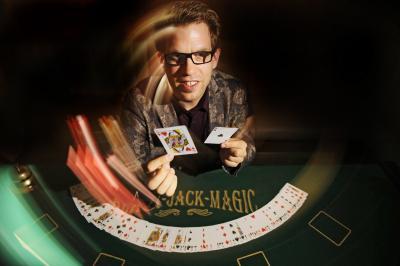Maik M. Paulsen Erleben Sie Fingerfertiges Falschspiel, erstaunliche  Zauberkunst, Casino-Flair und interaktives  Entertainment für Ihre Gäste!