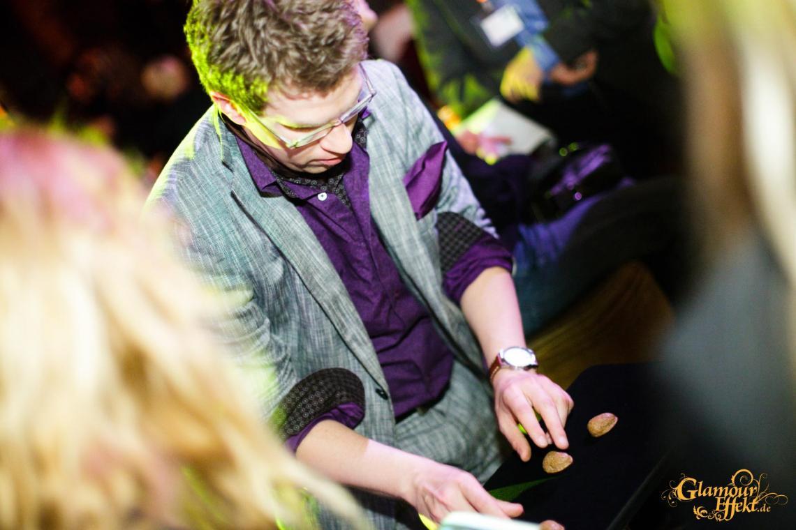 Hütchenspieler Maik M. Paulsen im Einsatz als Hütchenspieler.