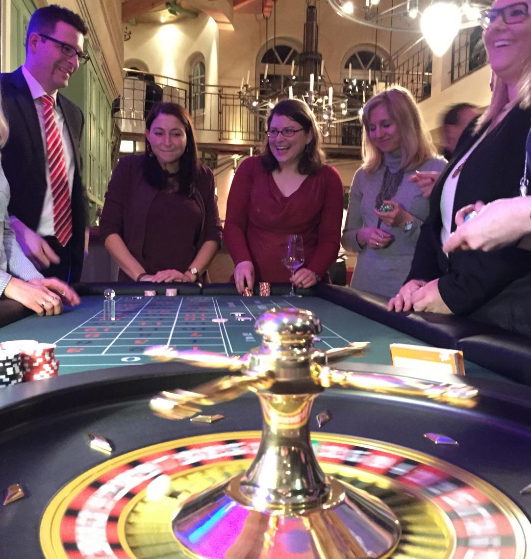Das Falschspieler-Glücksroulette Das Falschspieler-Glücksroulette ist nicht einfach nur ein mobiles Casino sondern viel mehr! Als Messetool ist das Falschspieler-Glücksroulette ein gebrandetes Highlight um Ihr Unternehmen oder Ihr Produkt wirkungsvoll in Szene zu setzen!