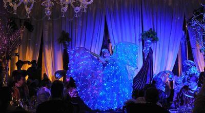 Lightingale - Solo | Pas de Bleu - Duett Bühnenshow und Animation Eine Symphonie aus Licht. Venezianische Prinzipessa/s in edlen Empire-Kostümen verwandeln sich durch ihren Tanz. Plötzlich leuchten tausend blaue Lichter aus Reifrock, Dekoltee und Haar. Der Auftritt verspricht leuchtende Augenblicke.
