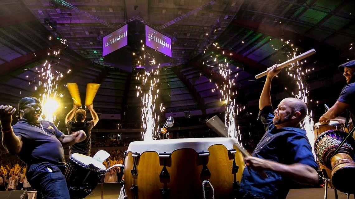 Drum Energetics Event mit Klatschstangen Synergybeats mit Drums & Feuerwerk bei der Weltmeisteroffensive von Dirk Kreuter in Dortmund