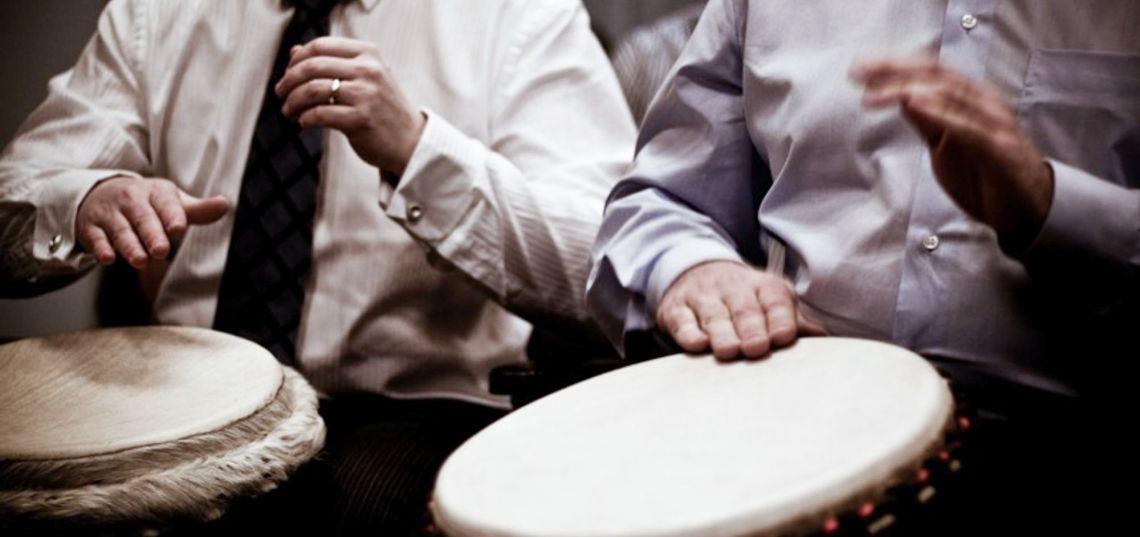 Synergy Drumming  Trommelworkshop mit wunderschönen, hangefertigten Masterclass Djemben und einer großen Auswahl faszinierender afrikanischer Percussions-Instrumente