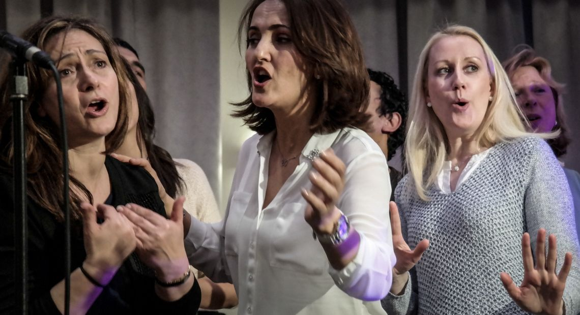 SynergyBeats erarbeitet mit dem Team eine Performance für ein Musikvideo  Frauen singen einen Teamsong