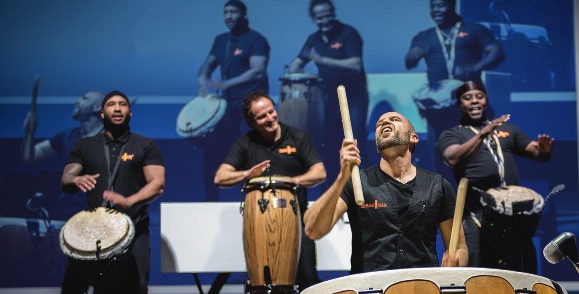 das Team von Synergybeats an den Drums Synergybeats trommeln bei einem Firmenevent