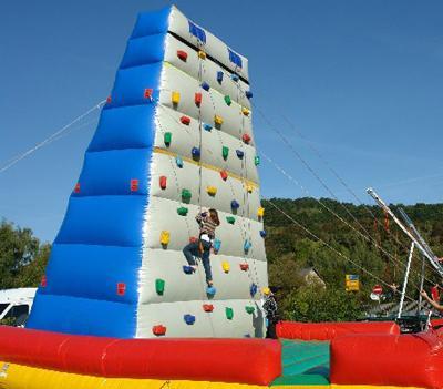 Kletterberg 9m – Ein riesen Berg für Groß und Klein. Kletterberg 9m – Ein riesen Berg für Groß und Klein. Abgesichert durch 2 Betreuer kann auch hier nichts passieren.