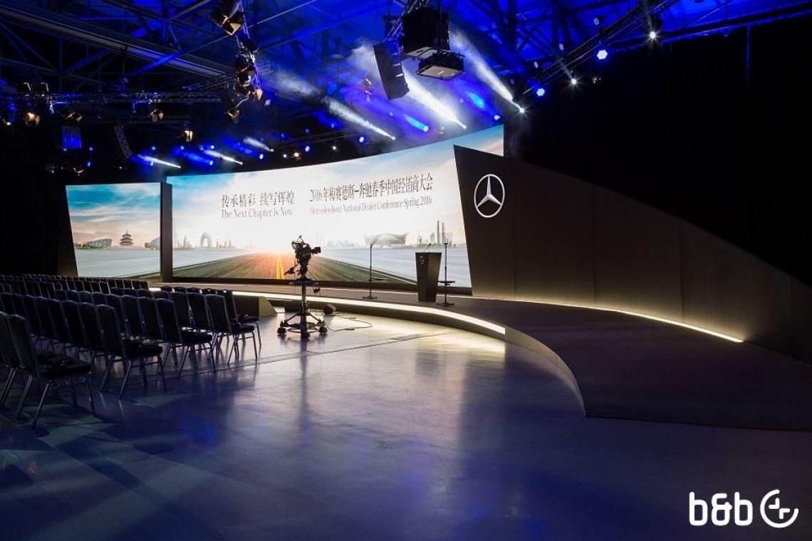 Corporate Event mit gebogener Bühne und LED Wand