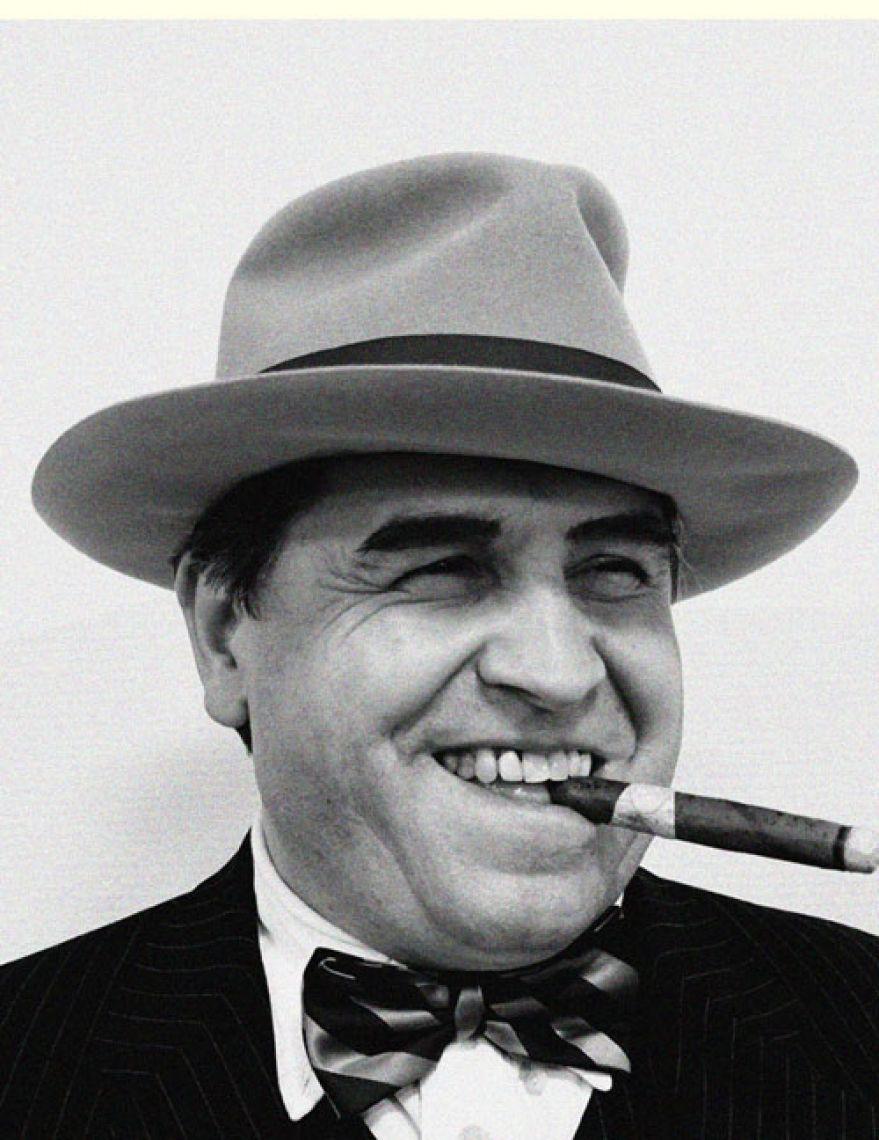 Deutschlands bestes Al Capone Double - und Gallionsfigur der Show Unser Al Capone ist nicht nur Deutschlands bestes Capone Double sondern wahrscheinlich auch einziges ;-) Jedenfalls präsentiert er sich von seiner großzügigsten Seite und stellt diverse Broadway taugliche Talente unter Beweis. In Begleitung seiner Bodyguards und seiner Lady ist er auch für Empfänge und Gatsby Party's separat buchbar.