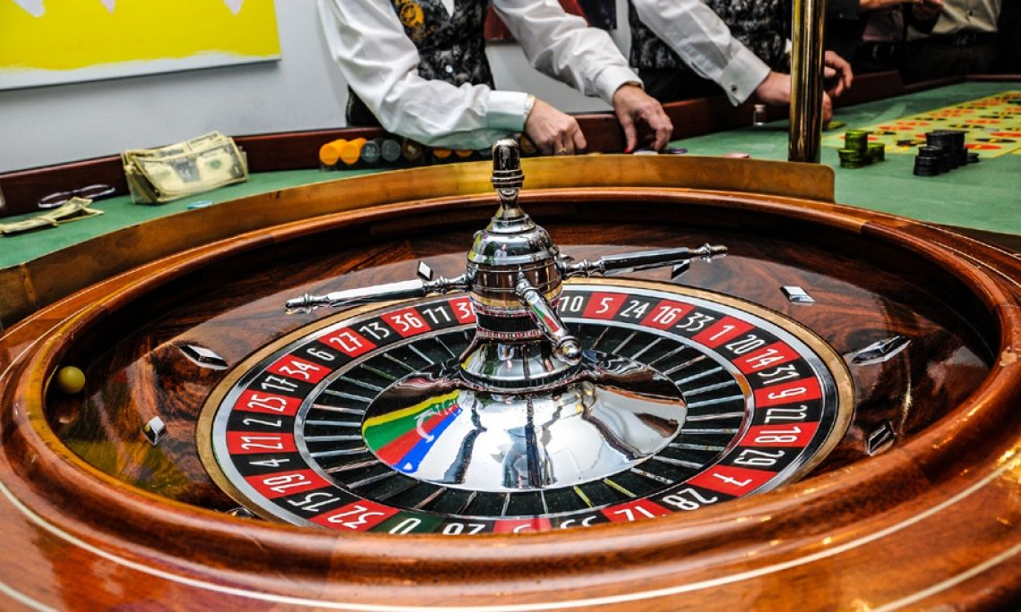 Das Casino in Al Capones Nightclub zur Dinner- und Erlebnisshow ist unverzichtbar Roulette und Black Jack, betreut von eingewiesenen Croupiers sind ein wesentlicher Bestandteil des Ambientes der Show. All das und vieles mehr wird vom Team der Caponeshow mitgebracht. Je nach Buchungsort nutzen wir unsere Kontakte zu einem am nächsten ansässigen und geeigneten Anbieter. Durch kürzere Anfahrtswege hält das Ihre Kosten im Rahmen.